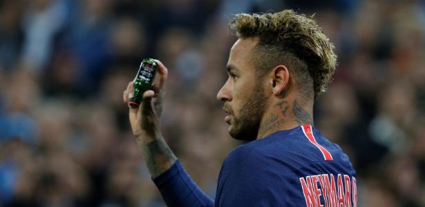 Neymar mostra garrafa atirada em sua direção durante o clássico contra o Olympique - REUTERS/Jean-Paul Pelissier