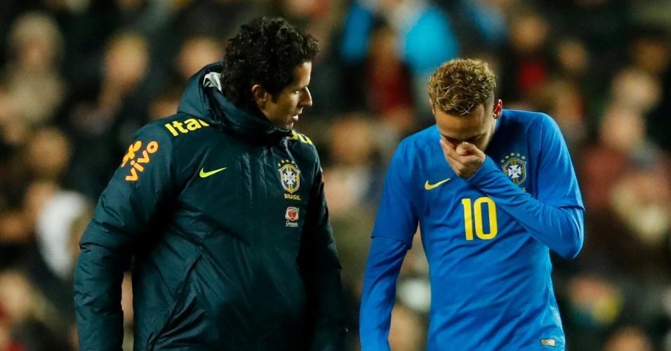 Neymar deixa amistoso entre Brasil x Camarões com lesão