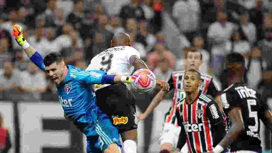 Tiago Volpi pede falta no lance que acabou com gol do Corinthians domingo passado - Alan Morici/AGIF
