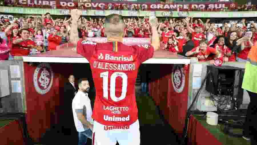 """D""""Alessandro comemora com torcida do Inter. Clube volta a jogar a Libertadores - Ricardo Duarte/Inter"""