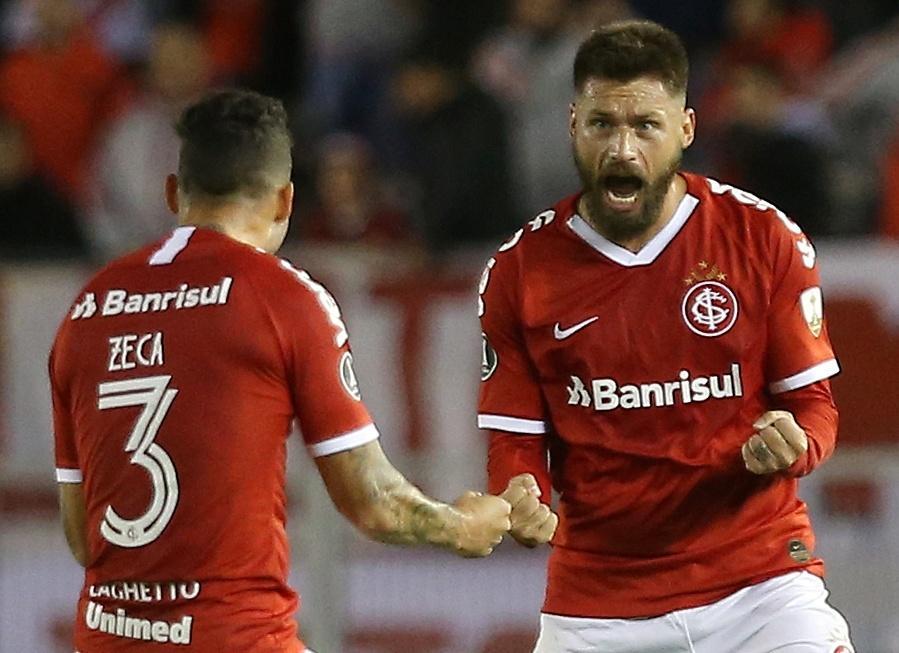 Rafael Sóbis comemora com Zeca após marcar para o Internacional contra o River Plate pela Libertadores