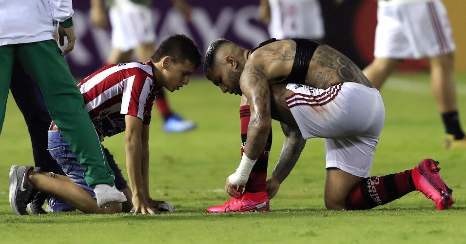 Gabigol deu as chuteiras para uma criança colombiana depois do jogo