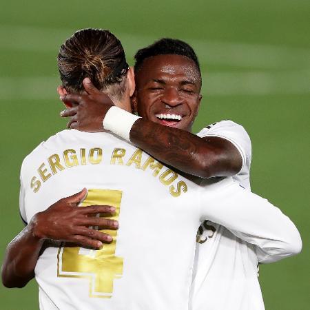 Vinicius Júnior comemora com Sergio Ramos após marcar contra o Mallorca - Gonzalo Arroyo Moreno/Getty Images