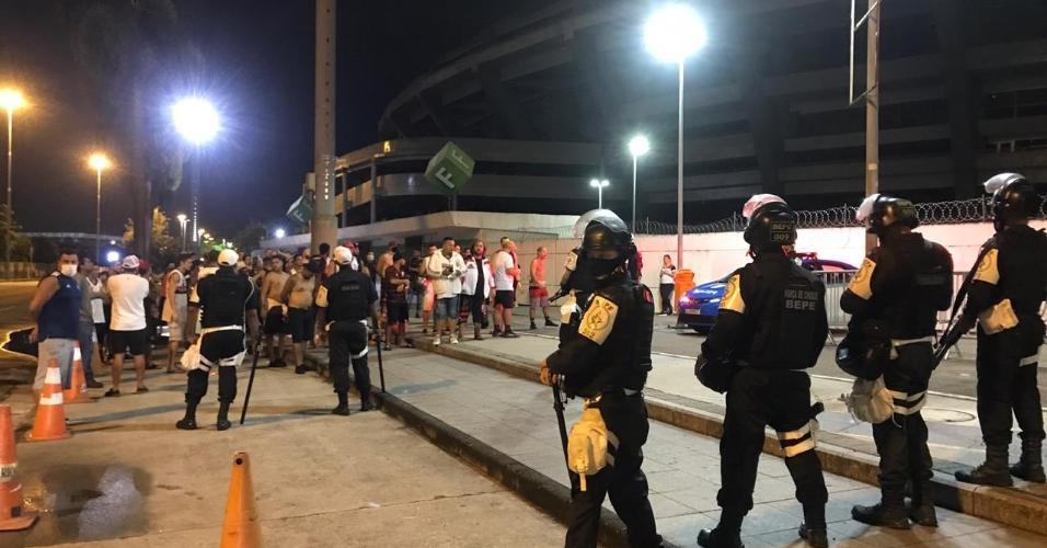 Torcedores do Flamengo protestam no Maracanã após queda na Libertadores