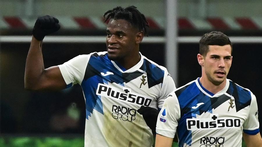 Atacante Duvan Zapata comemora gol que marcou pela Atalanta contra o Milan - MIGUEL MEDINA/AFP