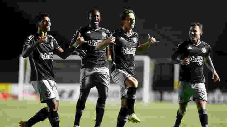 Matías Galarza comemora com os companheiros seu primeiro gol como profissional do Vasco da Gama - Rafael Ribeiro / Vasco - Rafael Ribeiro / Vasco