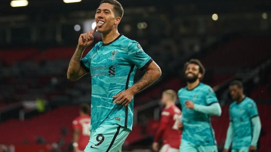 Roberto Firmino comemora gol do Liverpool no clássico contra o Manchester United, pelo Campeonato Inglês - Getty Images