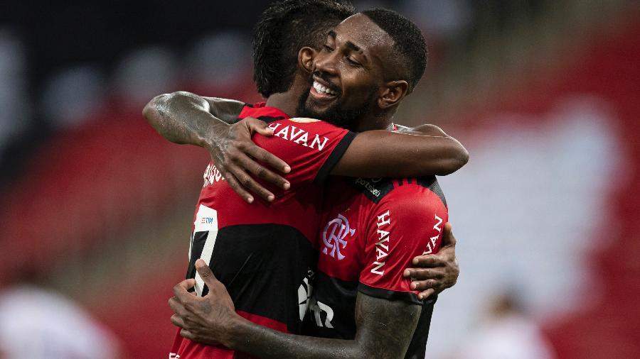 Gerson recebe abraço durante seu último jogo pelo Flamengo, que o negociou no mercado da bola - Jorge Rodrigues/AGIF