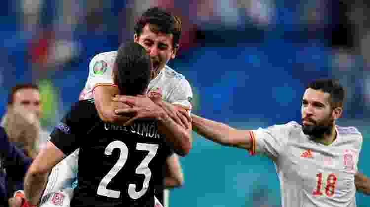 Jogadores da Espanha comemoram com o goleiro Simón a classificação para a semifinal da Eurocopa - Kirill Kudryavstev - Pool/Getty Images - Kirill Kudryavstev - Pool/Getty Images