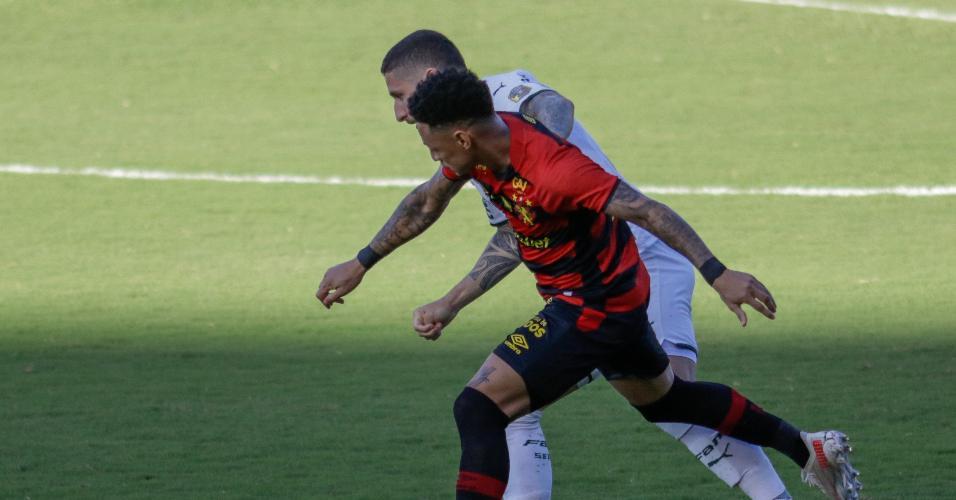 Neilton disputa bola com Zé Rafael, durante a partida entre Sport e Palmeiras