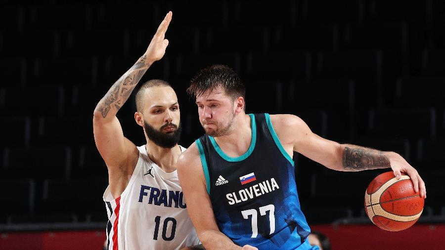 Luka Doncic vai pra cima da marcação de Evan Fournier na partida entre França e Eslovênia nos Jogos Olímpicos de Tóquio - Kevin C, Cox/Getty Images