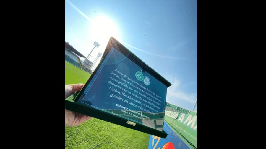 Chapecoense entrega placa de agradecimento ao Palmeiras - Márcio Cunha/Chapecoense