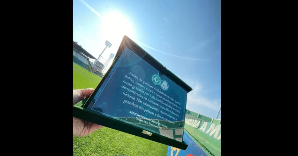 Chapecoense entrega placa de agradecimento ao Palmeiras