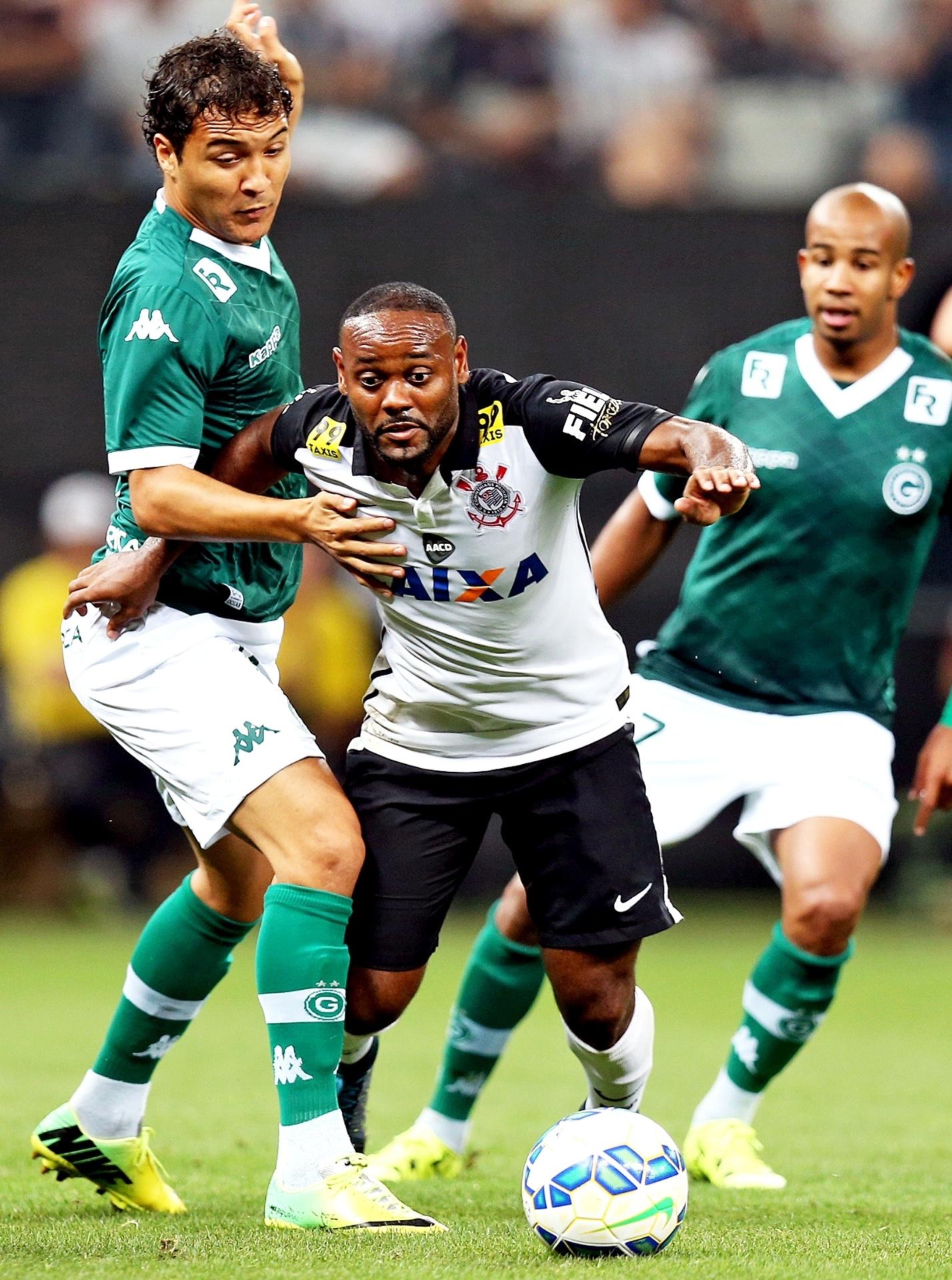 Vagner Love tenta superar a forte marcação do Goiás