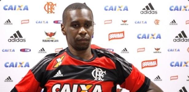 Juan veste a camisa do Flamengo na apresentação como reforço do clube para 2016