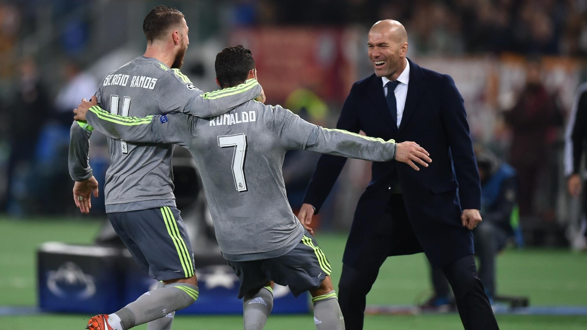 Cristiano Ronaldo comemora com Sergio Ramos e Zidane após abrir o placar para o Real Madrid contra a Roma