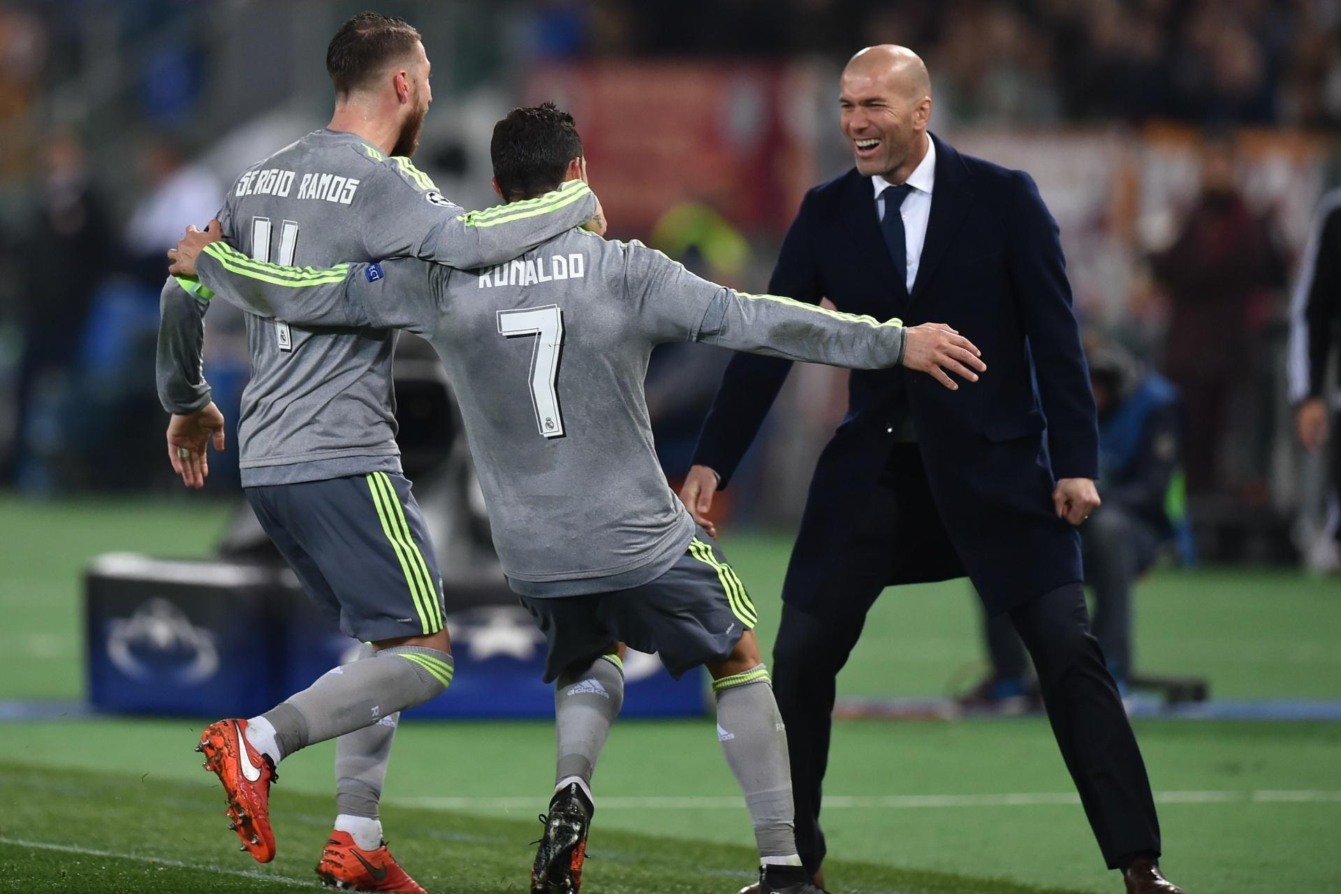 bee1dd7f15 Zidane comenta pedido de aumento feito por CR7 ao Real   não me meto nisso   - 30 09 2017 - UOL Esporte