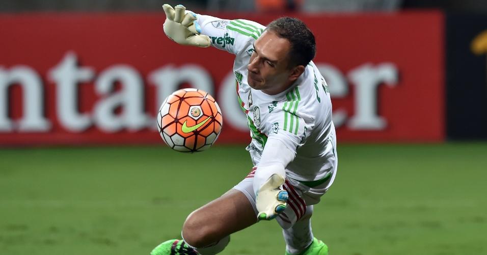 Fernando Prass faz defesa para o Palmeiras no jogo contra o Rosario, na Libertadores