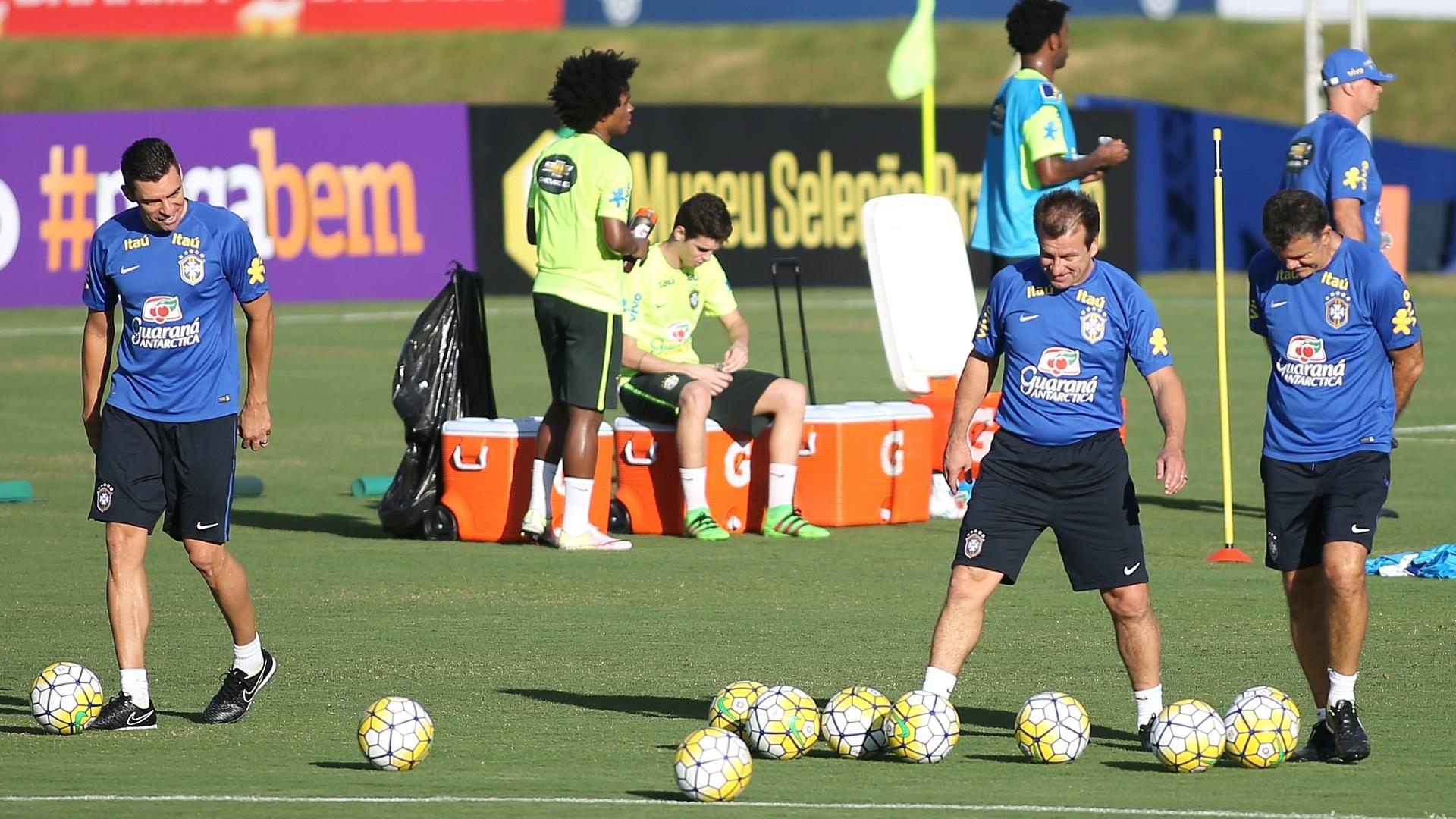 Lúcio (esq.), Dunga e Rinaldi se divertem durante treino da seleção
