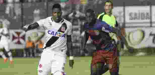 Willian Oliveira (d) atuou contra o Vasco este ano: na foto, ele disputa bola com Thalles - Paulo Fernandes / Site oficial do Vasco