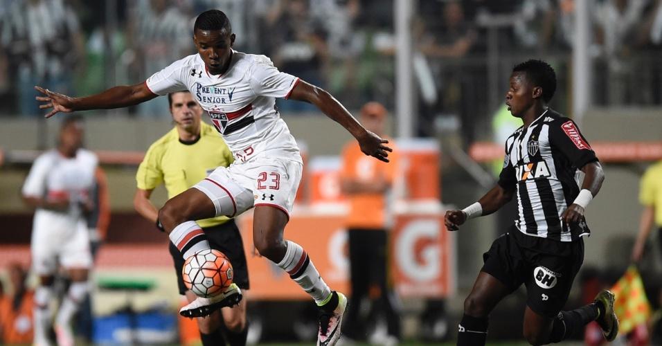 Thiago Mendes tenta fazer o domínio da bola pelo São Paulo contra o Atlético-MG, na Libertadores