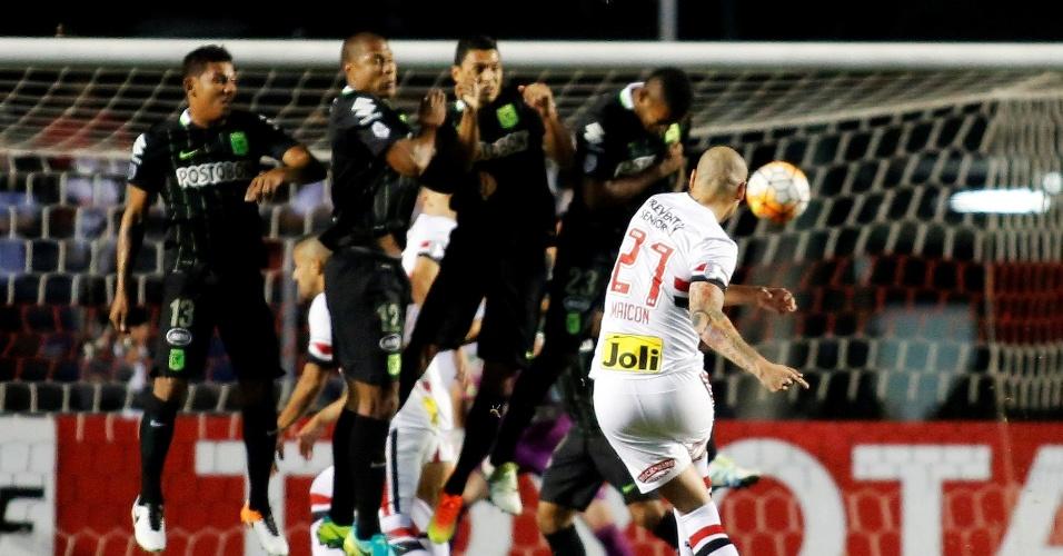 Maicon arrisca cobrança de falta diante da barreira do Atlético Nacional