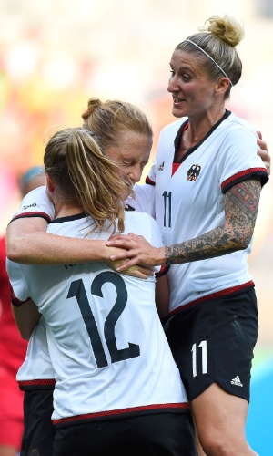 Alemãs comemoram gol e vantagem no primeiro tempo diante do Canadá