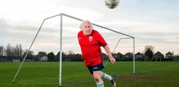 Dickie Borthwich defendeu o Wyke Rangers por 40 anos; agora, procura novo clube
