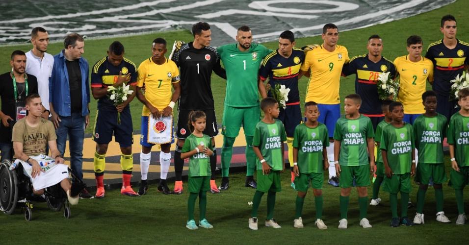 Jogadores das seleções brasileira e colombiana juntos antes de a bola rolar