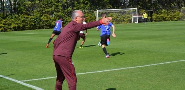 Dorival dá instrução durante o treino do São Paulo, no CT da Barra Funda