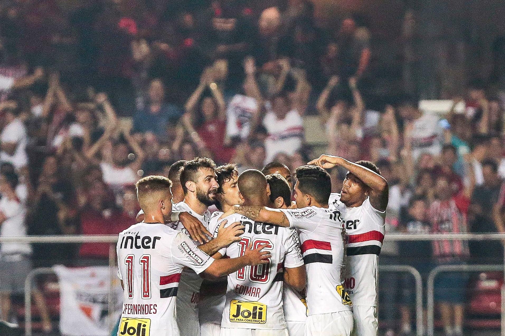 São Paulo comemora o gol de Hernanes contra a Ponte Preta