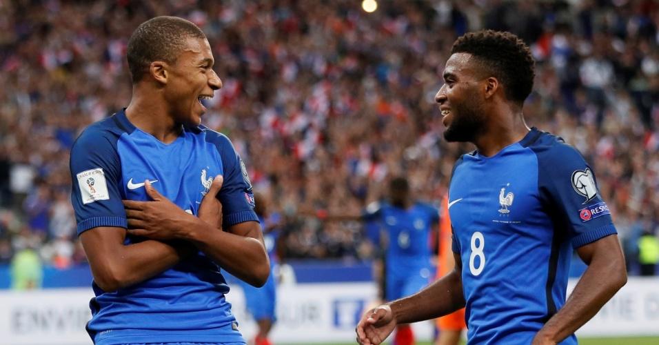 Kylian Mbappé celebra gol da França com Thomas Lemar