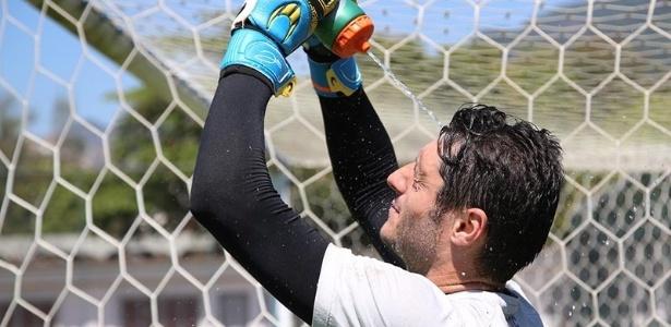 Denis se refresca durante treino do São Paulo no ano passado