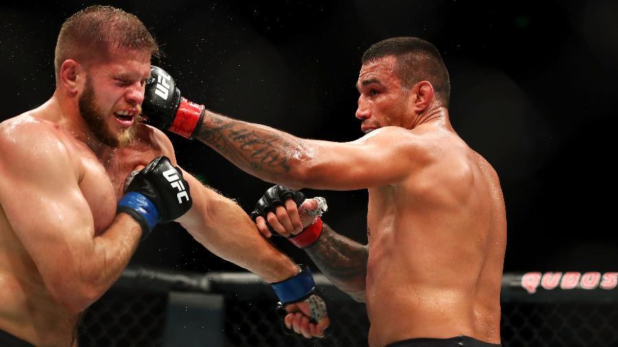 Fabricio Werdum acerta Marcin Tybura durante UFC Austrália - Mark Kolbe/Getty Images