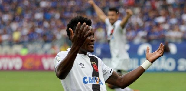 Paulão comemora seu gol sobre o Cruzeiro no Brasileiro de 2017