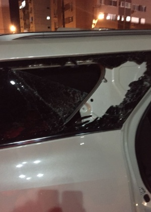 Carro do atacante Zé Carlos teve o vidro quebrado após pedra atirada por torcedores