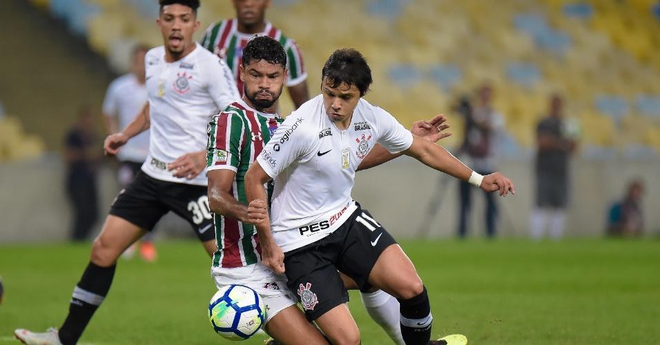 Romero encara a marcação de Gum no jogo entre Fluminense e Corinthians