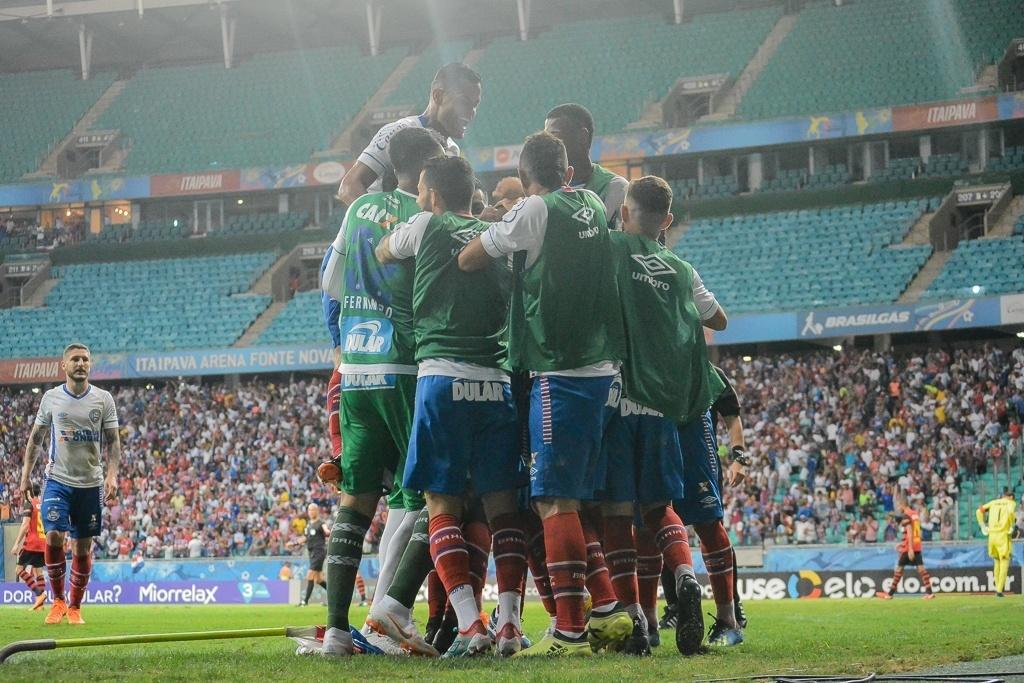 Jogadores do Bahia comemoram gol de Gilberto sobre o Sport