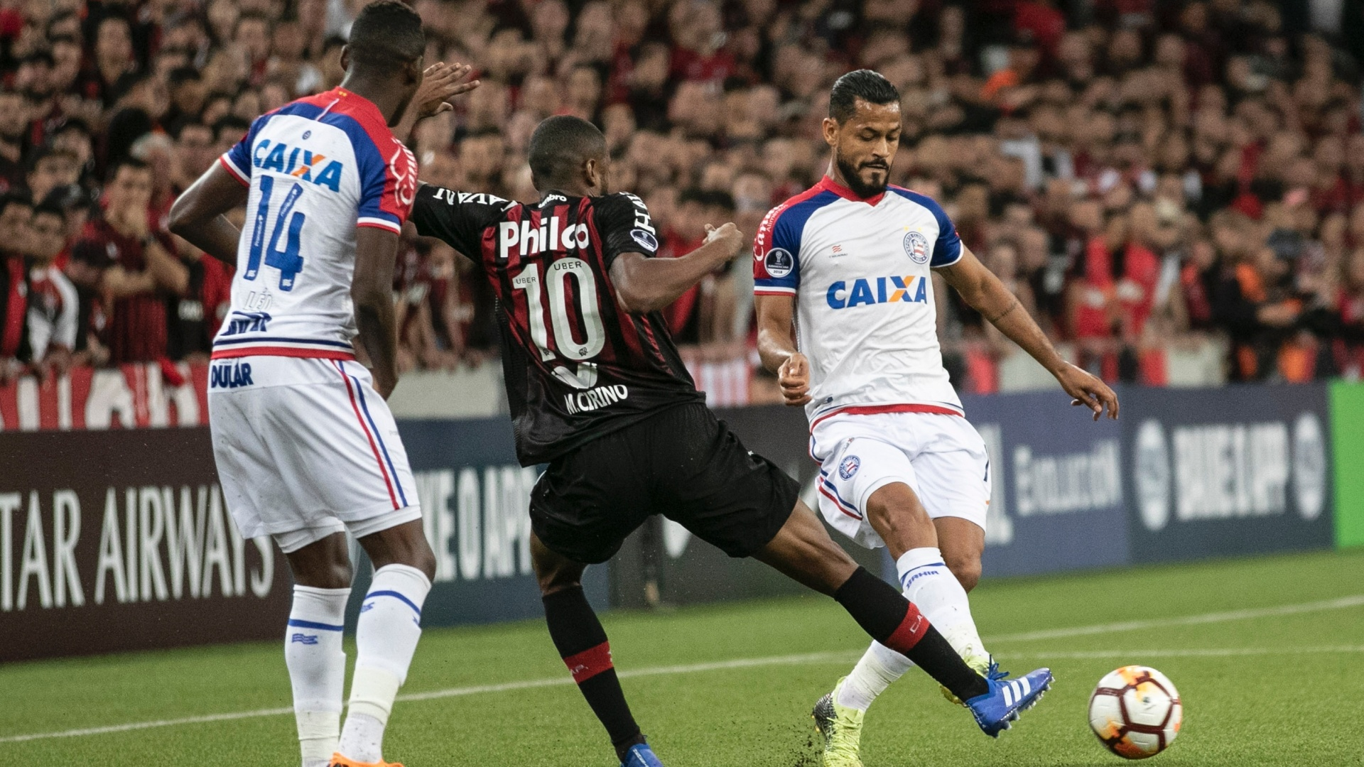 Marcelo Cirino e Léo, durante jogo entre Atlético-PR e Bahia