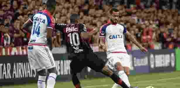 Léo em ação contra o Atlético-PR; jogador volta ao Bahia após não encarar o Fluminense - Cleber Yamaguchi/AGIF