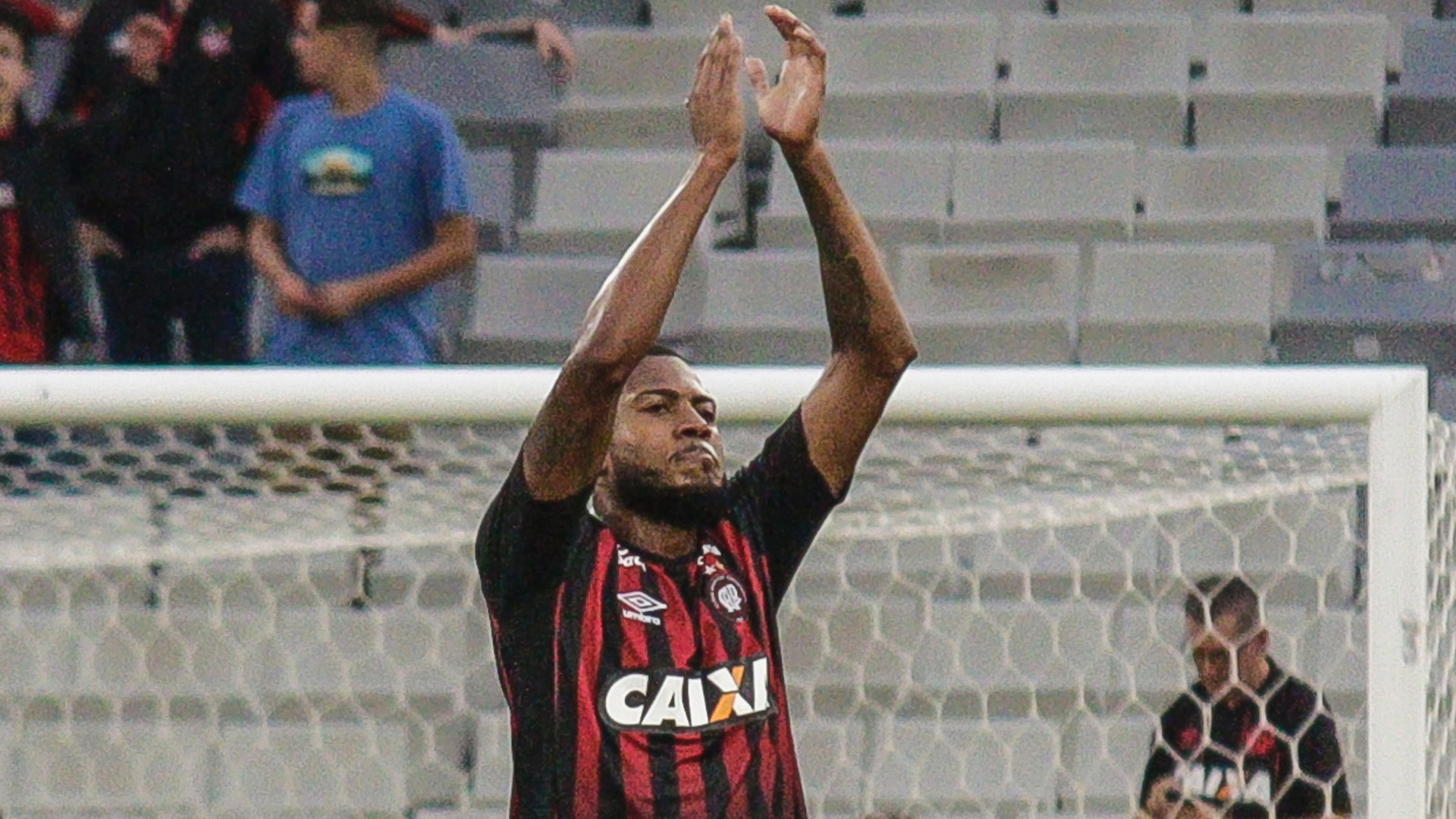 Marcelo Cirino comemora gol do Atlético-PR sobre o Cruzeiro