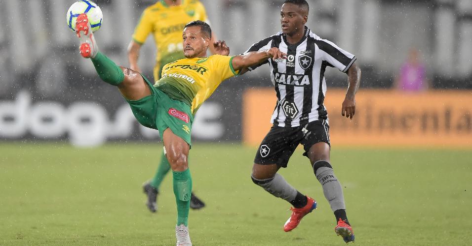 Gabriel do Botafogo disputa lance com Werton do Cuiaba em partida pela Copa do Brasil 2019