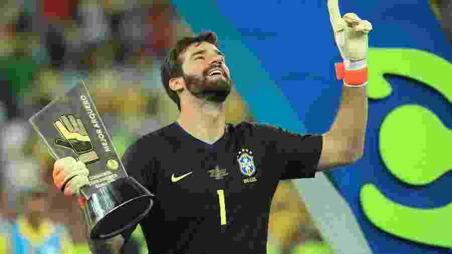 """Alisson Becker celebra após receber o prêmio """"luva de ouro"""" de melhor goleiro da Copa América 2019 - Buda Mendes/Getty Images"""