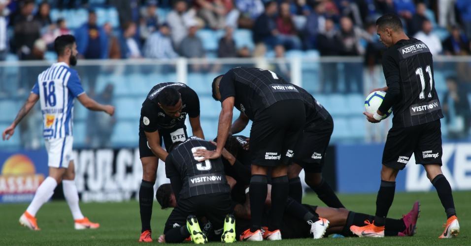 Alex Santana comemora após marcar pelo Botafogo sobre o Avaí