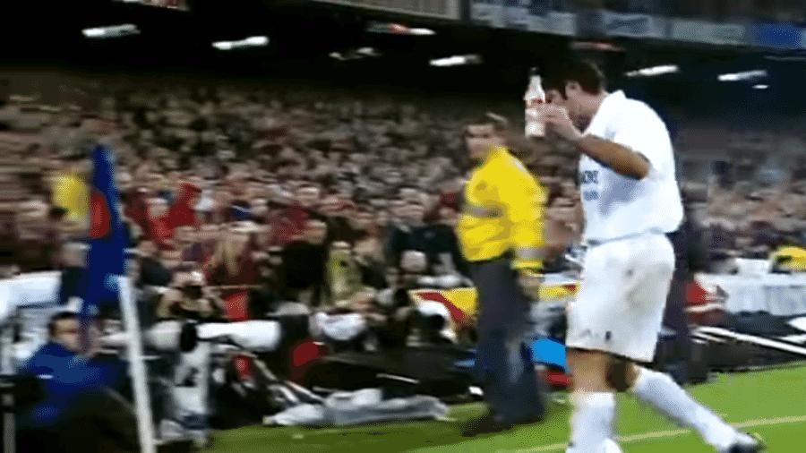Luís Figo levou garrafadas da torcida do Barcelona em 2003 - Reprodução