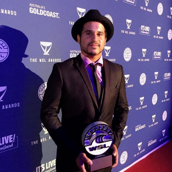 Ítalo Ferreira cheio de estilo ao receber prêmio de Rookie do ano da WSL em 2015
