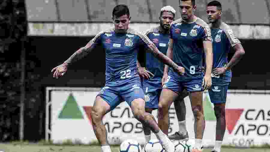 Derlis González e Uribe treinam finalização em atividade no CT do Santos - Ivan Storti/Santos FC