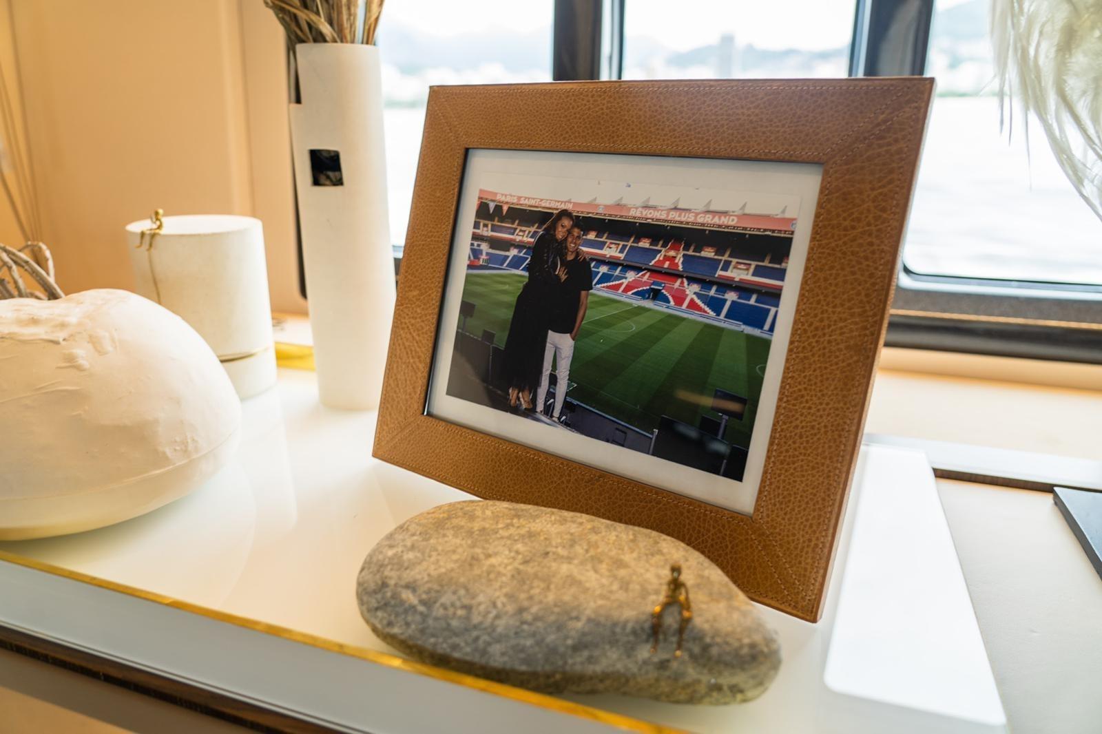 Retrato de Thiago Silva com a esposa no iate