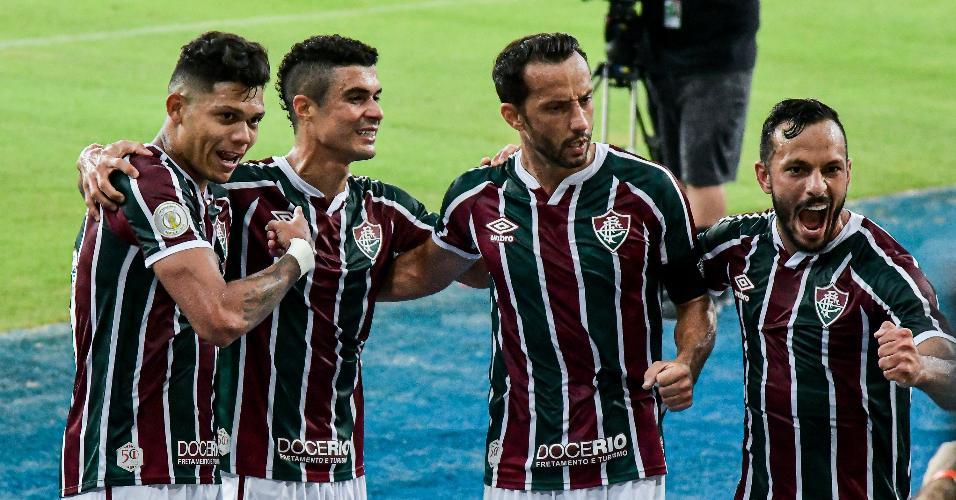 Jogadores do Fluminense comemora gol marcado por Evanílson