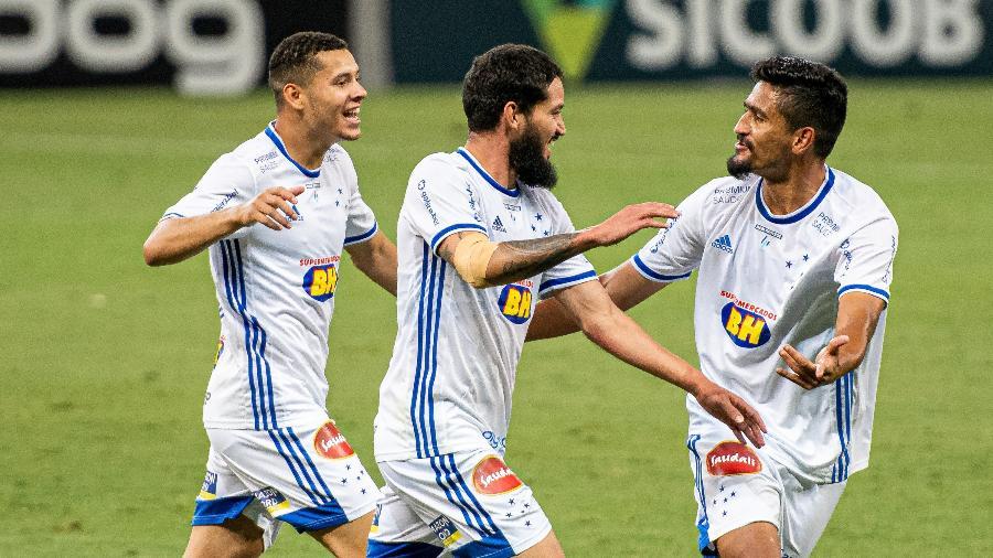 Jogadores do Cruzeiro comemoram gol de Arthur Caike durante partida contra a Ponte Preta pela Série B - Alessandra Torres/AGIF